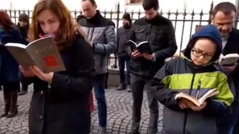 Nou protest în fața sediului PSD din Sibiu. Oamenii au manifestat prin lectură