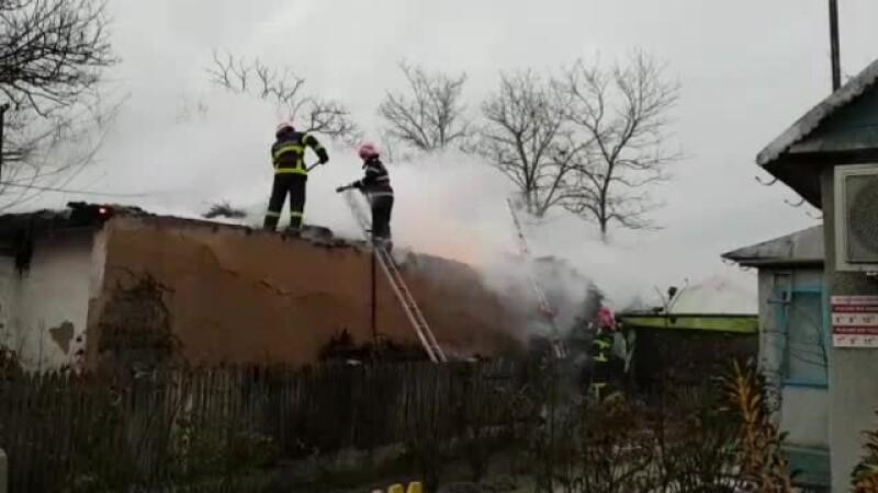 O bătrână a dat foc casei primită de la un medic, după ce a uitat candela aprinsă