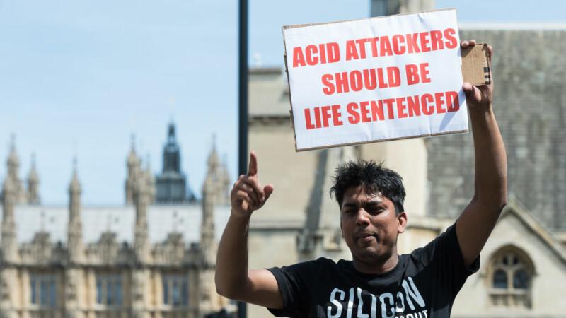 O femeie și-a aruncat cu acid pe față, iar apoi a mințit că a fost atacată