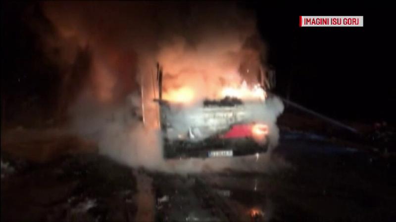 Autocar cuprins de flăcări pe un drum din Gorj