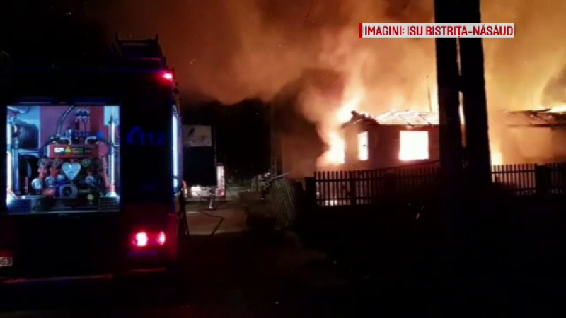Familie din Bistrița, pe drumuri după ce un incendiu s-a extins și la casa lor