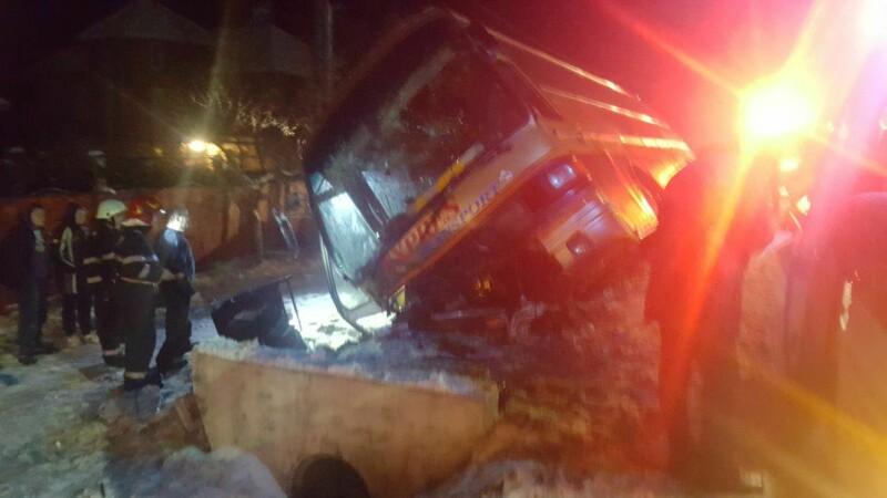 Un autobuz plin cu oameni s-a răsturnat lângă Târgu Jiu, din cauza zăpezii. 3 persoane, duse la spital