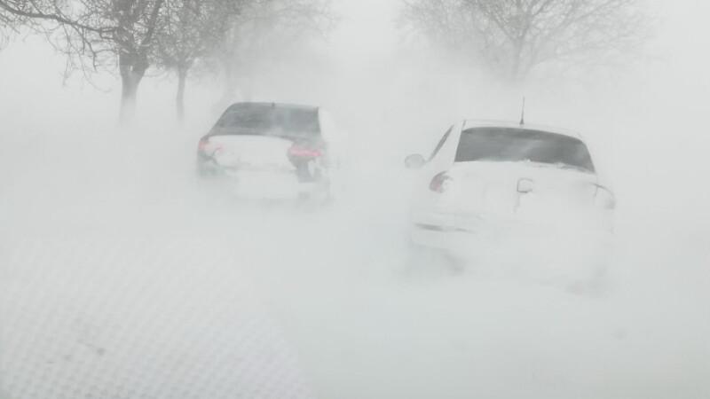 INFOTRAFIC: Zeci de drumuri închise din cauza viscolului. Situația actualizată