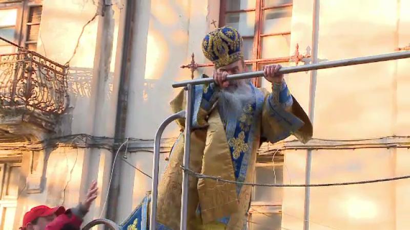 Momentul în care IPS Teodosie se împiedică pe cisternă la sfințirea apei. VIDEO