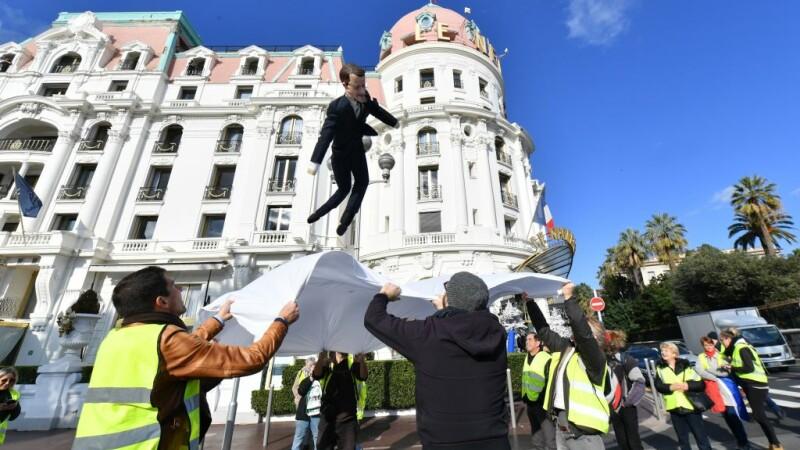 """Păpușă cu chipul lui Emmanuel Macron, adusă la un protest al """"vestelor galbene"""", la Nisa"""
