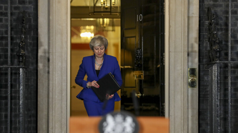 Brexit: Trei secretari de stat britanici demisionează şi o acuză pe May de