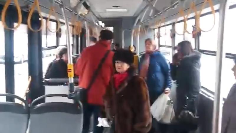 VIDEO: Incident cu un autobuz Otokar. Câțiva călători, blocați într-un vehicul defect
