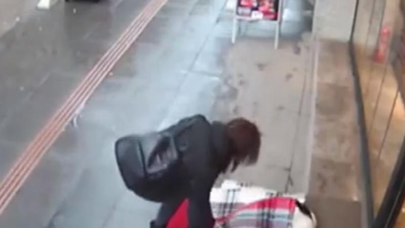 Gestul emoționant al unei femei care vede un câine tremurând de frig pe stradă. VIDEO