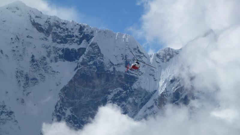 Momentul terifiant în care un elicopter se prăbușește în munți. VIDEO