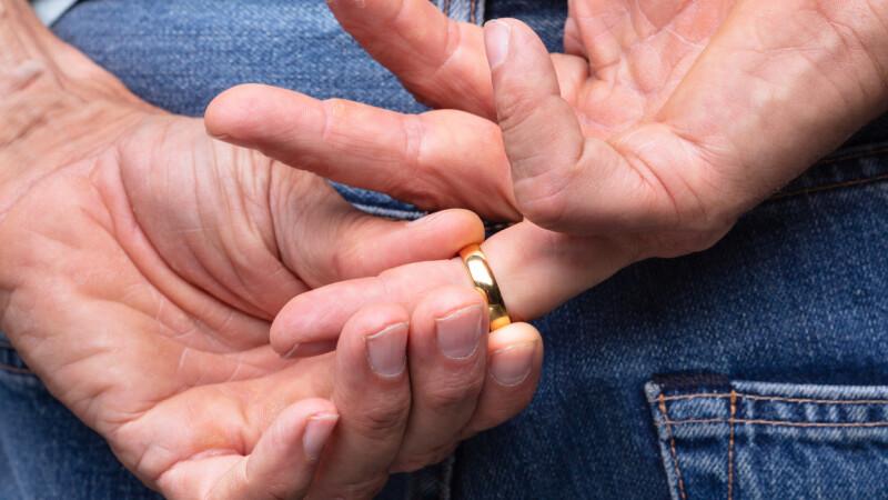 Căsătorie de convenienţă între un bărbat din Kosovo şi o româncă. Cum s-au dat de gol