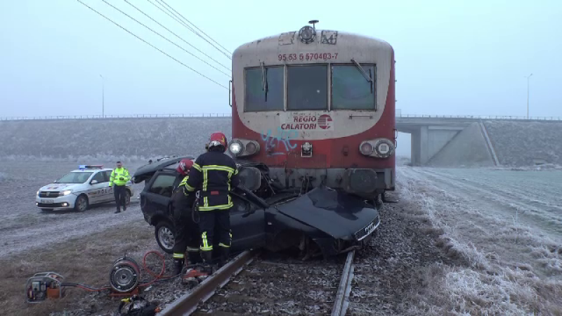 Mașină lovită în plin de tren și târâtă 200 m
