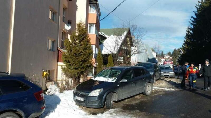 O femeie a ajuns la spital după ce a căzut peste ea zăpada de pe un bloc din Predeal