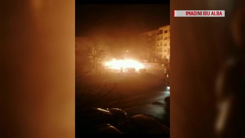 Incendiu puternic în Alba Iulia. Trei mașini s-au făcut scrum în parcarea din fața blocului