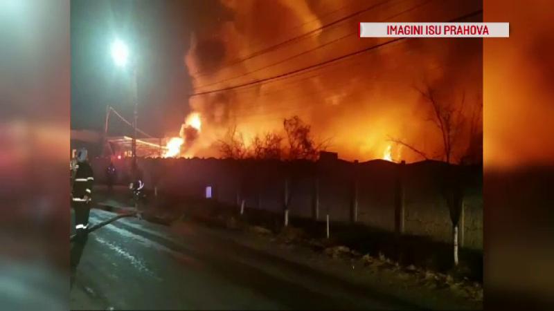 Incendiu violent la o fabrică de saltele din Urlați. Autoritățile au emis o avertizare RO-ALERT