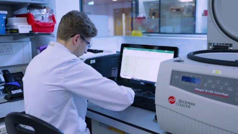 UE cere AstraZeneca să livreze vaccinurile produse în două fabrici din Marea Britanie