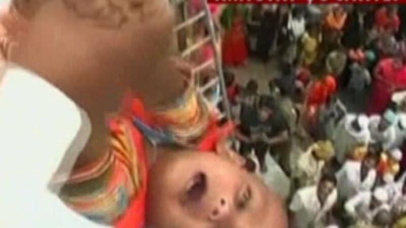 Copii aruncati de pe templu, in India