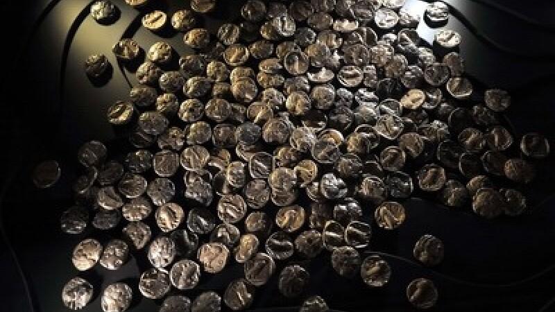 Au dat lovitura secolului in satul lor. Oala cu 80.000 de euro si 1 kg de aur, ingropata la temelie