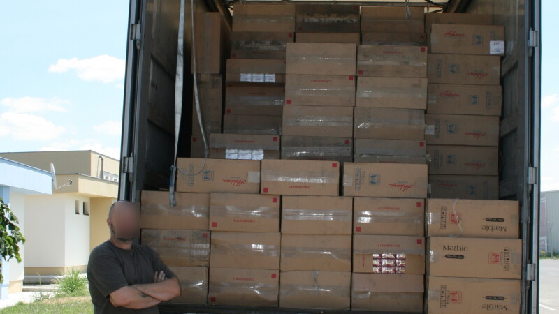 Captura record la Vama Moravita: politistii au descoperit 600.000 de pachete de tigari contrafacute