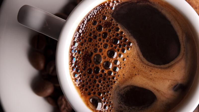 Bea 100 de cesti cu cafea pe zi si pretinde ca nu-i provoaca niciun rau. Cum arata femeia care are acest obicei de 9 ani