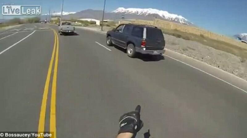 Gest superb al unui motocilist, insa in zadar. Cum a reactionat soferul acestei masini. VIDEO