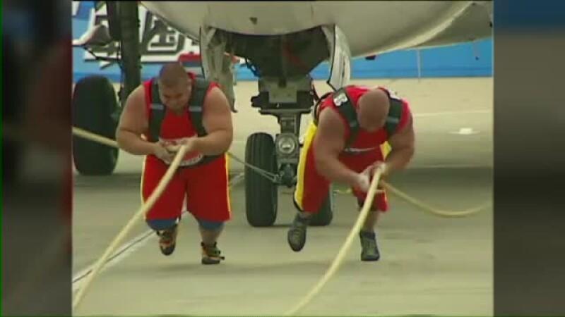 Provocarea pentru cei mai puternici barbati din lume: sa tracteze un avion de 35 de tone