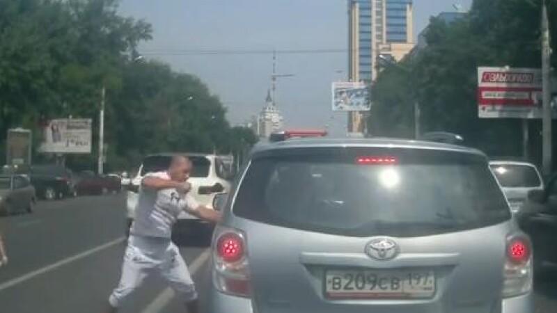 A vrut sa bata un sofer in trafic pentru ca nu l-a lasat sa-l depaseasca. Ce s-a intamplat apoi