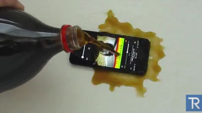 Experiment inedit. Ce se intampla atunci cand torni Coca-Cola pe un iPhone 5. VIDEO