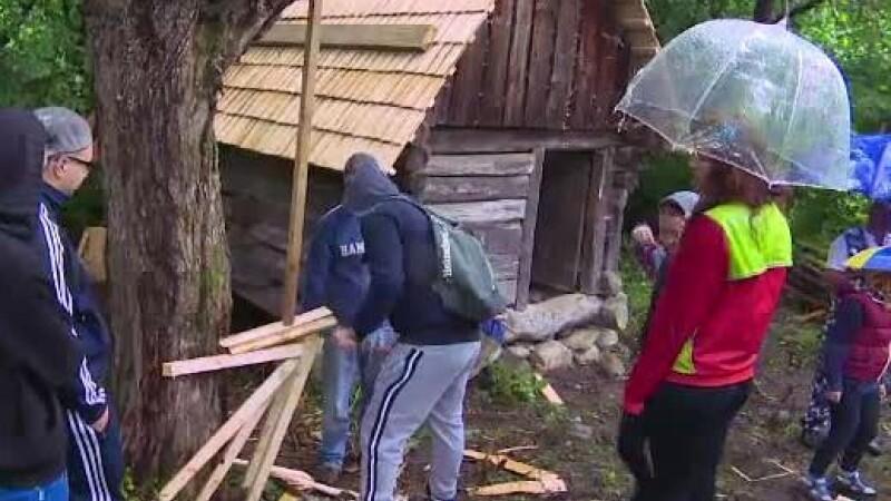 O moara veche de 100 de ani e renovata de cativa elevi din Hunedoara. Voluntarii vor sa o introduca in circuitul turistic