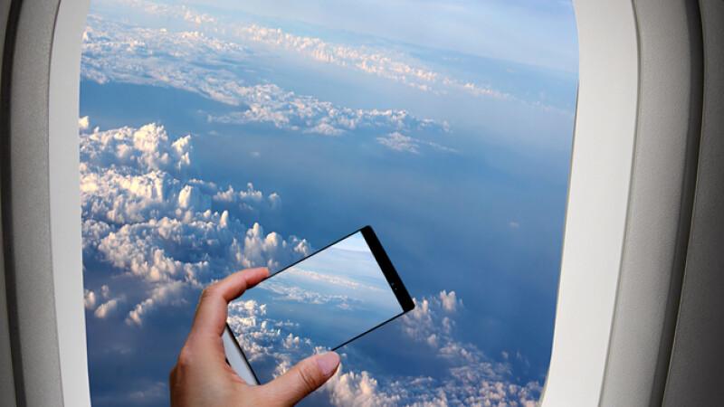 A facut o fotografie prin fereastra avionului. Cand s-a uitat cu atentie la ea, a avut o mare surpriza. FOTO