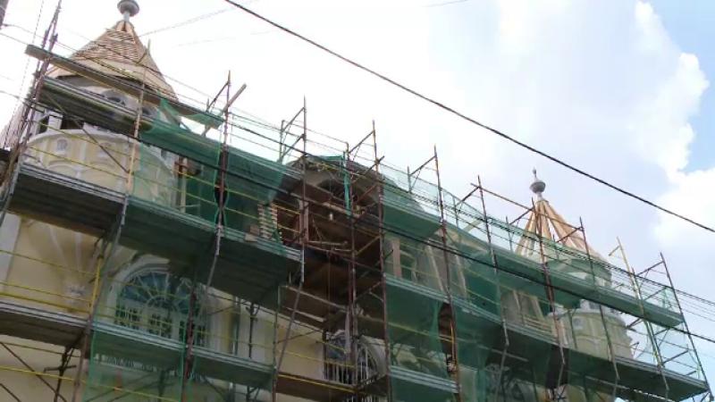 Scandal pe turnulete. Un rom din Timisoara a fost amendat de autoritati pentru ca si-a ridicat doua turnuri la palat