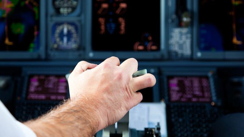 pilot de avion cu mana pe mansa