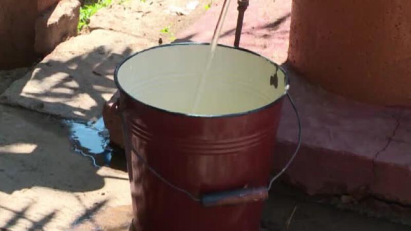 apa de la robinetul din curte, galeata