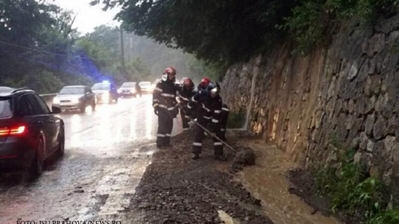 pompieri pe DN1 curata de aluviuni
