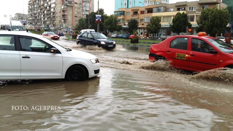 O ploaie torentiala a produs probleme in trafic dupa ce mai multe strazi au fost inundate in Deva.