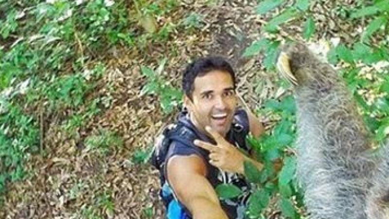Selfie cu lenesul. Fotografia realizata de un tanar aflat in vacanta a ajuns viral pe internet