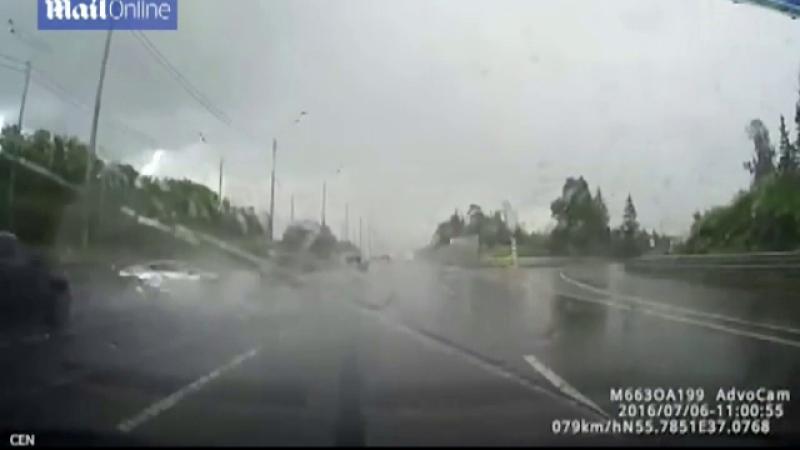 Un rus si-a facut praf Lamborghiniul de 200.000 de euro in doar 6 secunde. Momentul impactului, surprins de o camera de bord