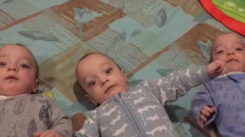 Incercarea unui tata de a-i distra pe tripletii sai sugari a avut consecinte neasteptate. Clipul a devenit viral. VIDEO