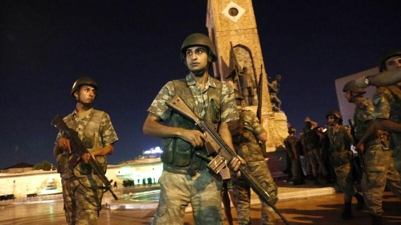 Zeci de ofiţeri turci, arestaţi pentru