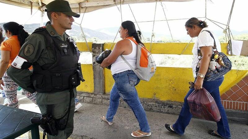 Criza din Venezuela: Soldatii pazesc rafturile magazinelor