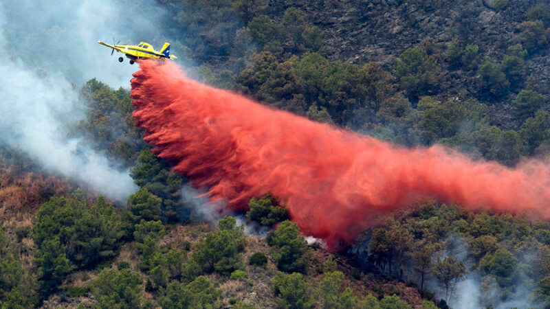Un avion utilitar imprastie pulbere in cadrul operatiunilor de stingere a incendiilor de vegetatie izbucnite in nord-estul Spaniei