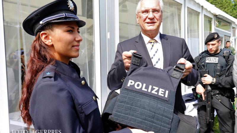 Oficialii landului Bavaria prezinta noul model de vesta anti-glont pentru politisti, introdus dupa ultimele atacuri