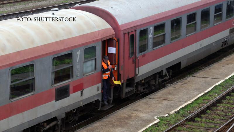 tren de calatori oprit in gara