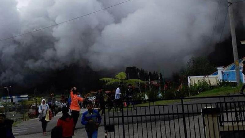 Un elicopter cu 8 oameni la bord s-a prabusit in Indonezia. Echipajul incerca sa salveze localnici dupa eruptia unui vulcan