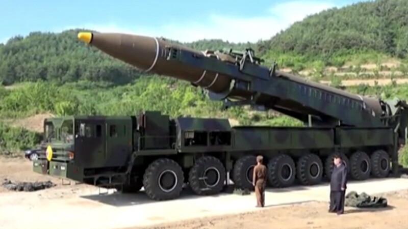 Kim Jong-Un a fumat exact langa o racheta plina cu combustibil lichid. Nimeni n-a avut curaj sa-i spuna cat este de riscant