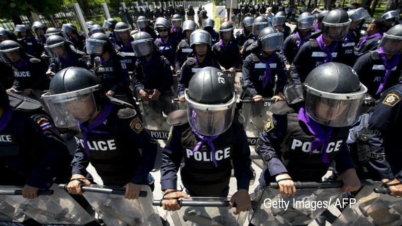 200 de persoane s-au strans in fata casei unei femei si au aruncat cu pietre. De ce a intervenit politia ca sa o salveze
