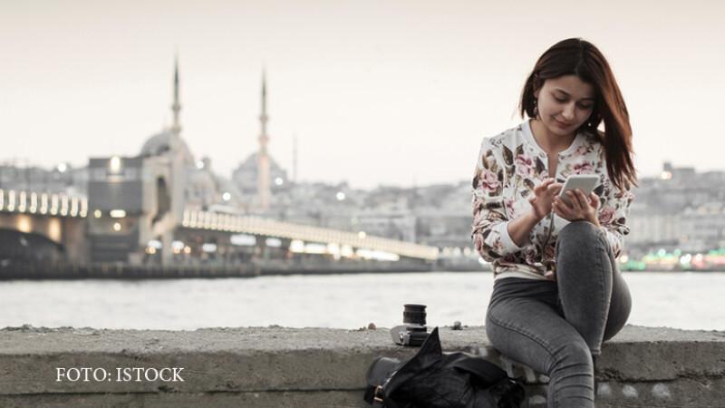 femeie vorbind la telefon in Istanbul
