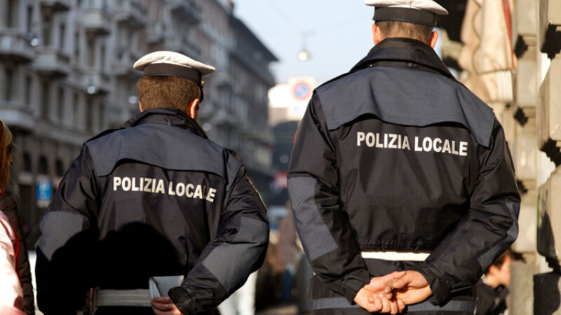 Tânără din România, dezbrăcată pe străzile unui oraş din Italia. Reacţia localnicilor