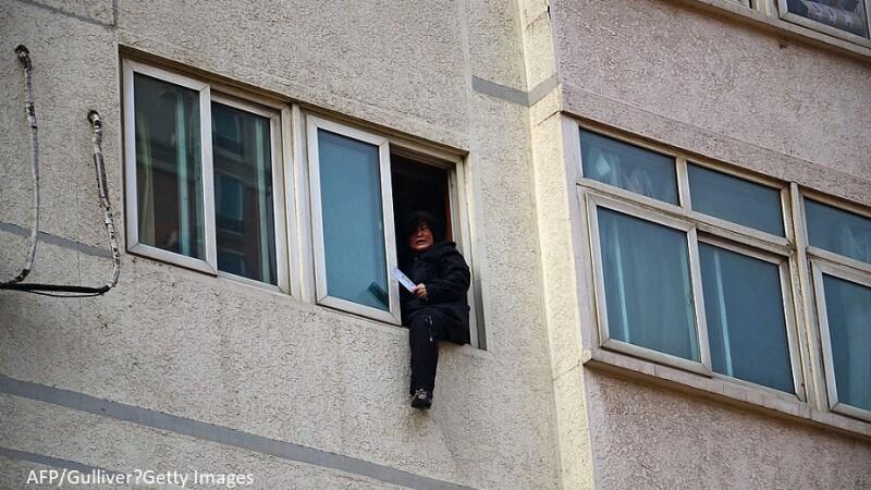 O tanara a vrut sa se sinucida si a sarit de la etajul 18 al unui bloc din China. Ce s-a intamplat cu femeia. VIDEO