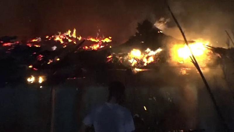 O casa din Botosani a ars complet, 3 oameni s-au salvat in ultima clipa. Proprietarii cred ca focul ar fi pus intentionat