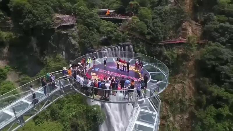Două pasarele din sticlă, cu o înălțime de 202 metri, inaugurate în China